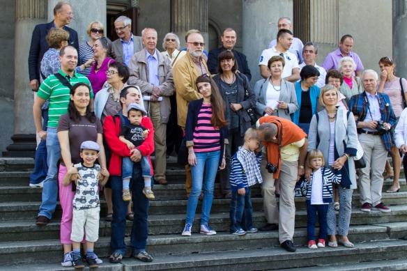 Uczestnicy wycieczki na schodach kościoła