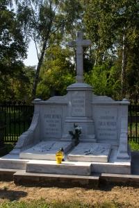 Grób Karola i Emilii Wernerów na cmentarzu w Ozorkowie